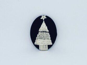 刺繍ブローチ・ツリー(濃紺×オフホワイトの画像