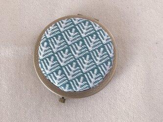 こぎん刺しの飾りコンパクトミラー〈松笠〉AGの画像