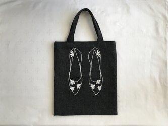 白いお花の靴、ウールバッグの画像