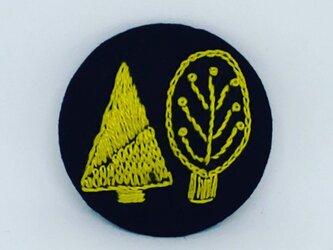 刺繍ブローチ・ツリー (ネイビー×緑がかった黄色)の画像