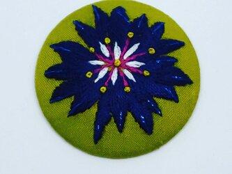 刺繍ブローチ・クレマチス( 黄緑×濃紺×青ラメ糸)の画像