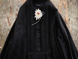 くるんくるん白いはな。。。suMire-bouqet布花コサージュ。の画像