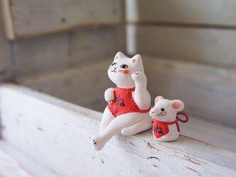 【陶器の座る招き猫+干支のねずみ】*白猫腹掛dの画像