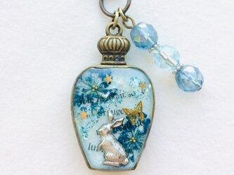 香水瓶キーホルダー ウサギ (蒼き祝福)の画像