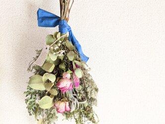 【SALE】自家栽培ハーブのユーカリとミモザとバラの素朴なフラワースワッグの画像