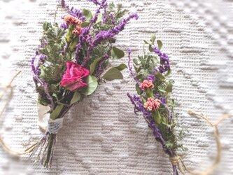 自家栽培ハーブのユーカリとミモザとバラの、冬を感じるミニフラワースワッグセットの画像
