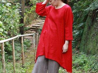 赤いリネンのワンピースの画像