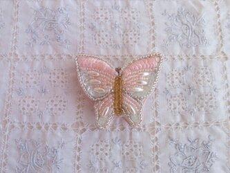 ピンクの蝶々のブローチの画像