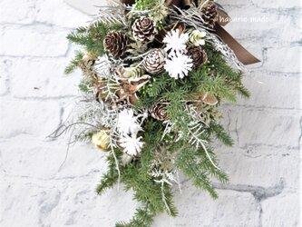 ミニスワッグ2 コニファーと木の実 ブラウン・ブラックリボン:ベル・雪の結晶・リボンの画像