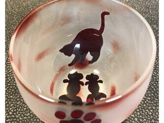 金魚を狙うネコ 丸ぐい呑 赤の画像