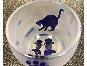 金魚を狙うネコ 丸ぐい呑 瑠璃(青)の画像