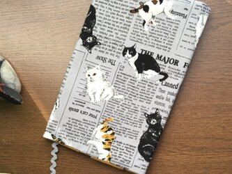 猫と英字新聞のブックカバー・・新書版サイズの画像