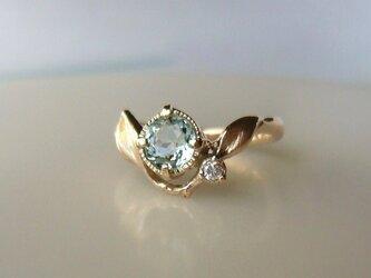 アクアマリンとダイヤと植物の指輪の画像
