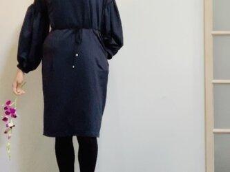 【SALE】スエード調起毛 マットな光沢サテン ボリューム袖のワンピース ネイビーの画像
