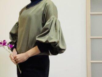【SALE】スエード調起毛 マットな光沢サテン ボリューム袖ブラウス カーキの画像