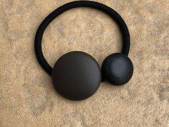 本革くるみボタンのヘアゴム こげ茶色と黒色の画像