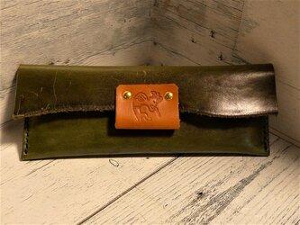 オリーブグリーンオイルレザーのペンケース ココペリの刻印の画像