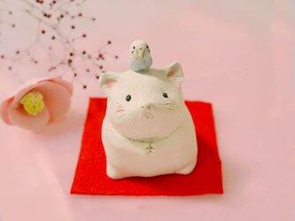 2020年の干支 子(ネズミ)の陶器の置物「ねずみとセキセイインコ」の画像