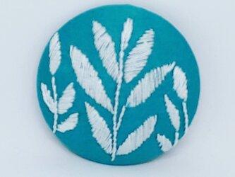 刺繍ブローチ・leaf( グリーン×オフホワイト)の画像