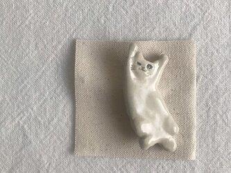 のびのび猫のブローチ(白猫ウインク)の画像