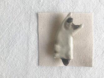 のびのび猫のブローチ(はちわれ猫眠り中)の画像