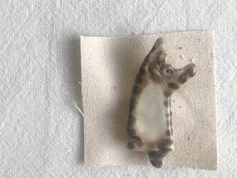 のびのび猫のブローチ(キジ猫ウインク)の画像