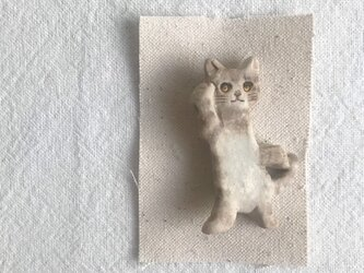 立ち猫のブローチ(キジ猫)の画像
