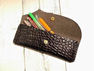 黒色クロコダイル型押し革のペンケース の画像