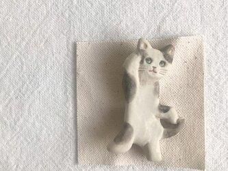 立ち猫のブローチ(ぶち猫)の画像