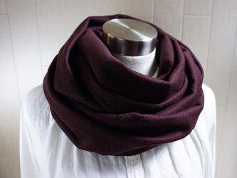 カシミヤ100%のスヌード 赤紫の画像