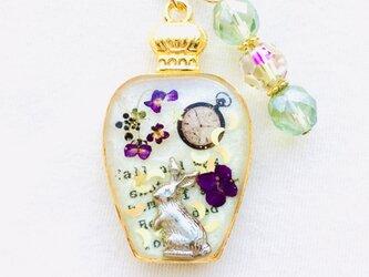 香水瓶キーホルダー ウサギ (草花の憂い)の画像