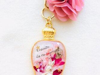 香水瓶キーホルダー ウサギ (甘い花びら)の画像