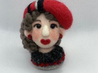 大人ブローチ(赤い帽子のマダムさん)の画像