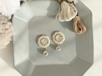 『core 雪の綿』手刺繍のこぶりな耳飾りの画像