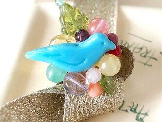 青い小鳥と天然石のリングの画像