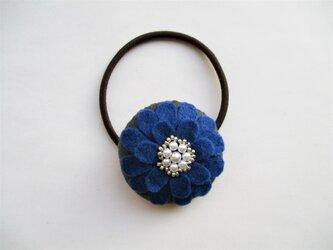 お花型フェルト&パールのヘアゴム(青)の画像