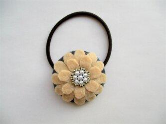 お花型フェルト&パールのヘアゴム(クリーム)の画像