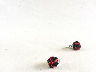 ブラック&レッド バイカラーの玉ピアス 水引製 赤 黒の画像