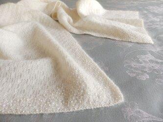 ビーズ刺繡の白いモヘアのストールの画像