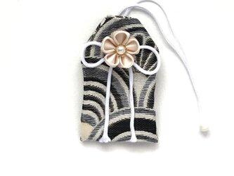 元巫女の花のお守り袋(銀青海波)の画像