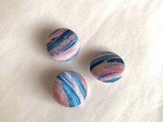 絹くるみボタン3個(18mm ピンク渋青光沢)の画像
