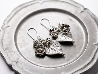 ハート型の葉っぱとお花、蕾カレンシルバー、ガーネットのピアスの画像
