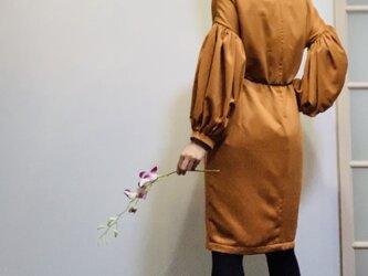 【SALE】スエード調起毛 マットな光沢サテン ボリューム袖のワンピース オレンジの画像
