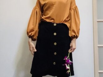 【SALE】スエード調起毛 マットな光沢サテン ボリューム袖ブラウス オレンジの画像