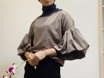 【SALE】スエード調起毛 マットな光沢サテン ボリューム袖ブラウス モカの画像