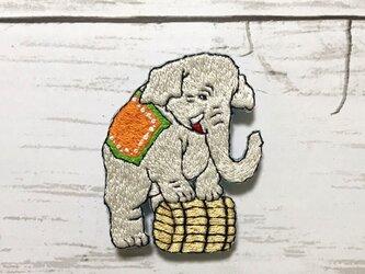 手刺繍浮世絵ブローチ*歌川政信「世界第一チャリネ大曲馬」の象の画像