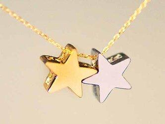 ふたつ星の立体ペンダント【送料無料】ゴールドスターとプラチナスターが連なった、可愛くて使いやすい首飾りの画像