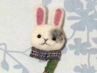 ブローチ  ウサギ※マフラーの画像