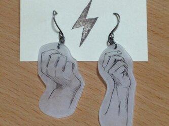 手ピアス(握った右手)の画像