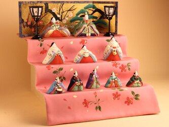 寛永雛のAは、正絹を一度ピンクに染めて、裏地を付けて表には手描きの手法で1つ1つ桜の花びらを手描きしております。の画像